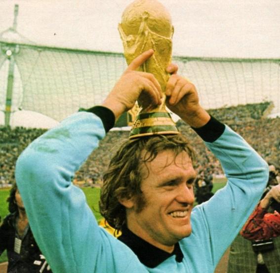 Sepp Maier solleva la coppa del mondo