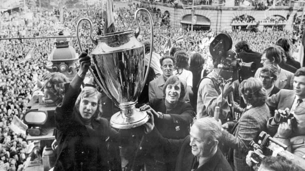 Ajax solleva la coppa campioni in corteo