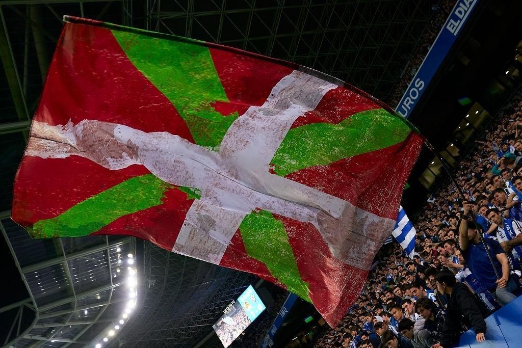 Bandiera Basca sventolante dalla tifoseria della Real Sociedad