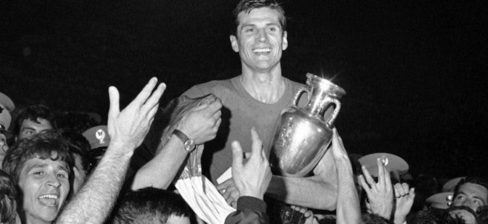 Facchetti porta il trofeo Europeo in trionfo