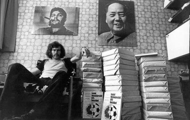 Breitner seduto in casa propria con i ritratti di Mao e Che Guevara appesi alle pareti