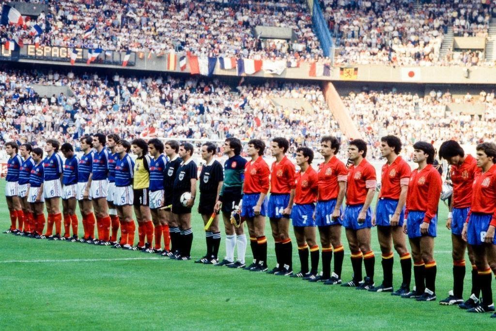 Le formazioni di Francia e Spagna schierate prima del calcio d'inizio