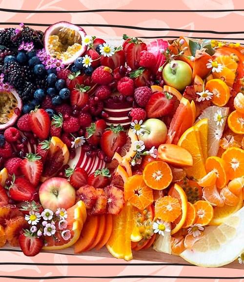 foto de una picada con frutas y verduras