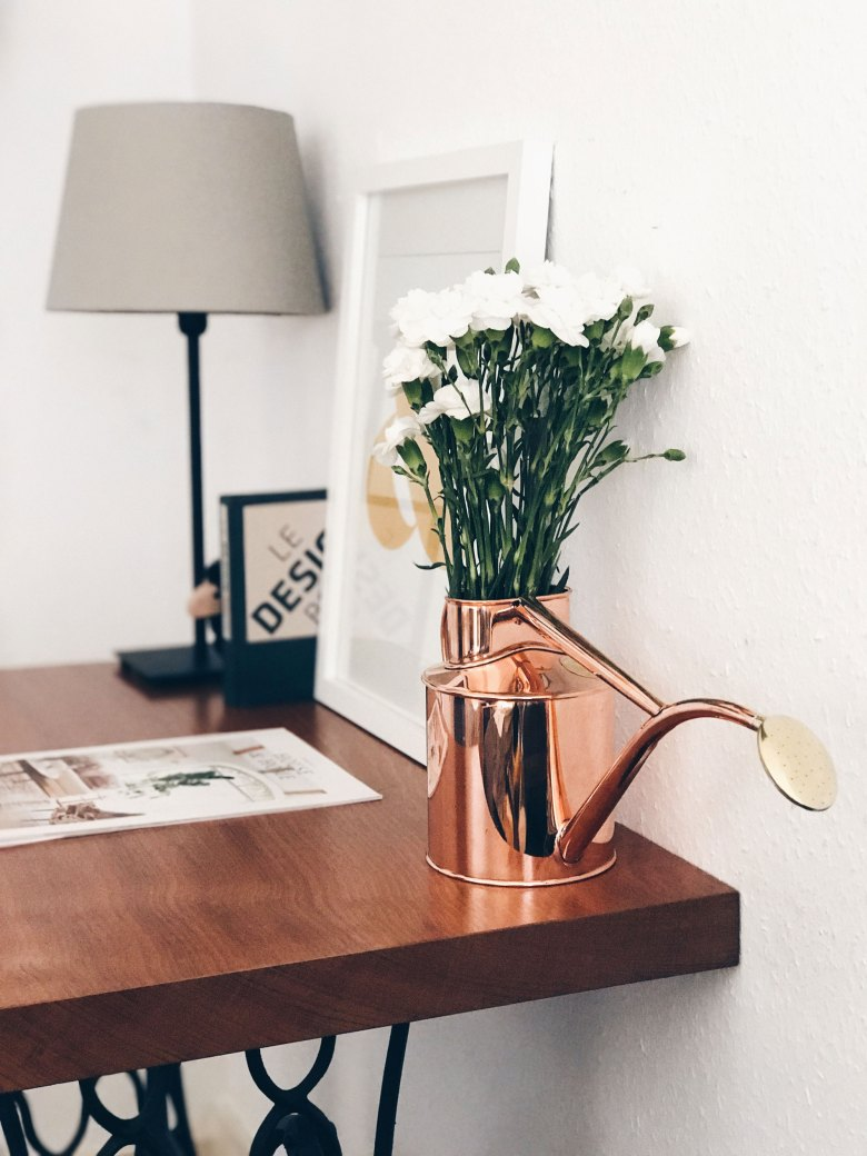 Finding the right vase is not easy so here is 5 ideas to style flowers without one