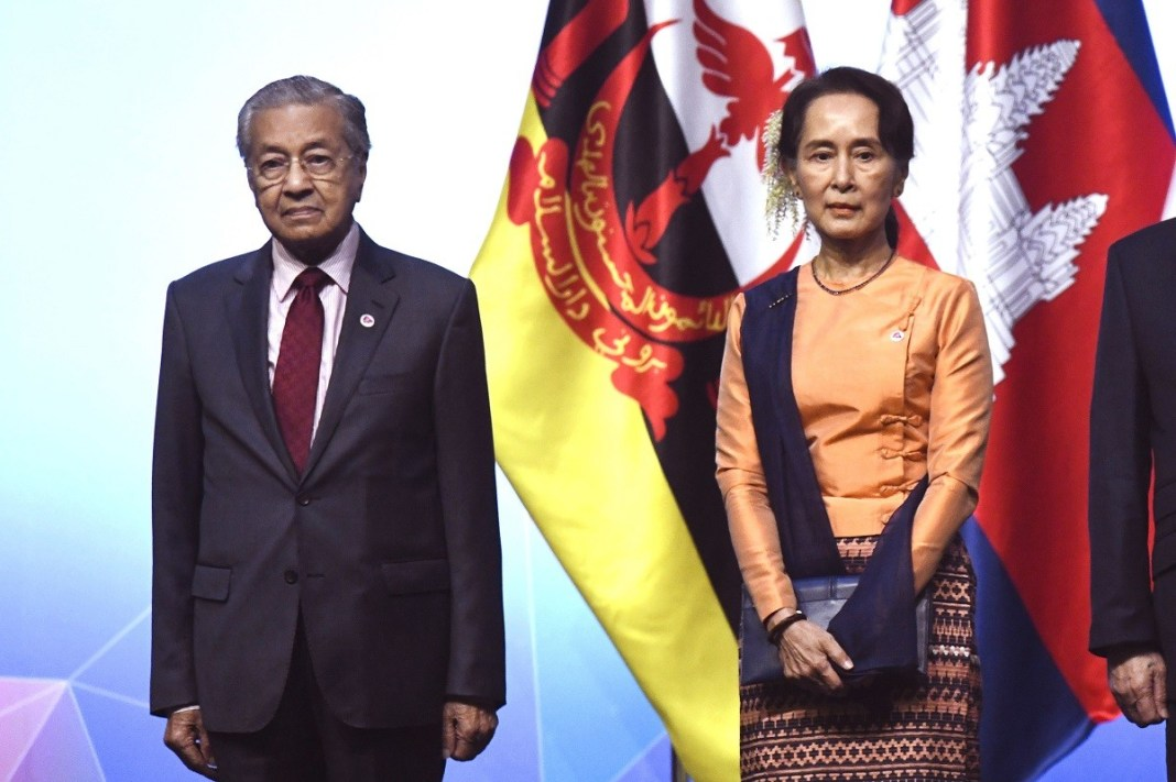 Malaysia's Prime Minister Mahathir Mohamad (L) and Myanmar State Counsellor Aung San Suu Kyi join other leaders as they pose for a group photo at the opening ceremony during the 33rd Association of Southeast Asian Nations (ASEAN) summit in Singapore