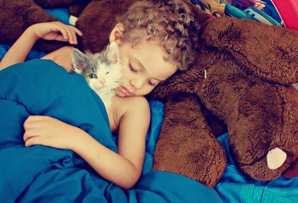 kediyle uyuyan çocuk