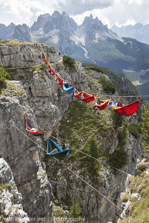 İki dağ arasına çekilen hamakta yatmak