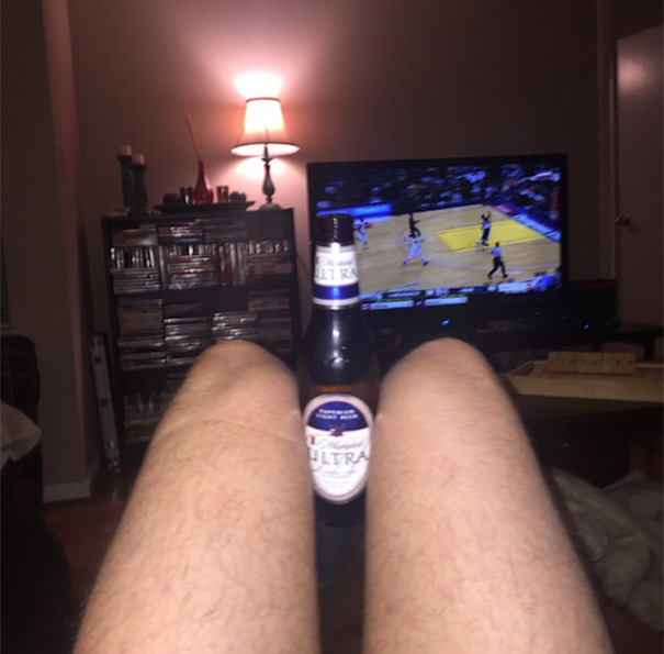 Bacaklarım güzeldir diyen maç izleme fotosu