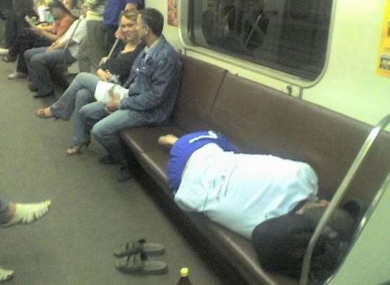 metroda uyuyan sarhoş