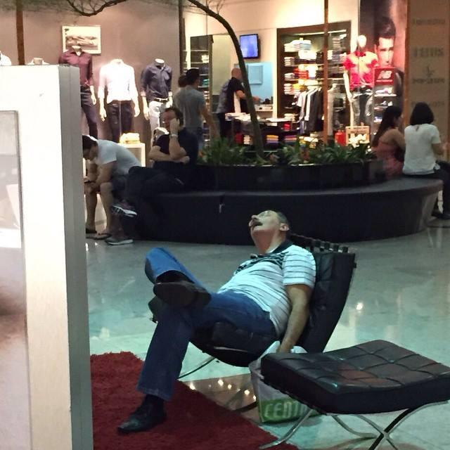 alışveriş yapan kadınları bekleyen erkek fotoğrafları 8