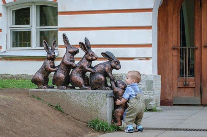tavşanların tırmanmasına yardım eden çocuk