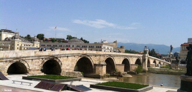 Üsküp, Makedonya'nın başkenti ve en büyük kentidir. Ortasından geçen Vardar Nehri tarafından ikiye ayrılır.