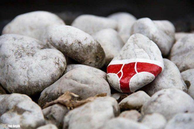 Andre Levy çıplaklık karşıtı taş boyama 1