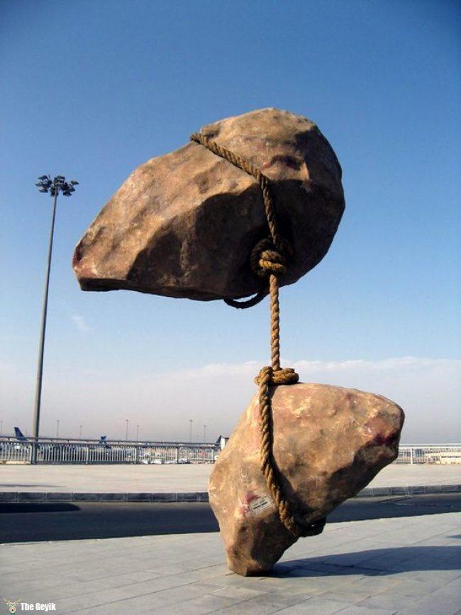 yer cekimine meydan okuyan heykeller13