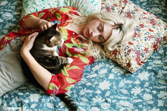 My-photo-series-of-Girls-and-Their-Cats-on-Instagram.2__700