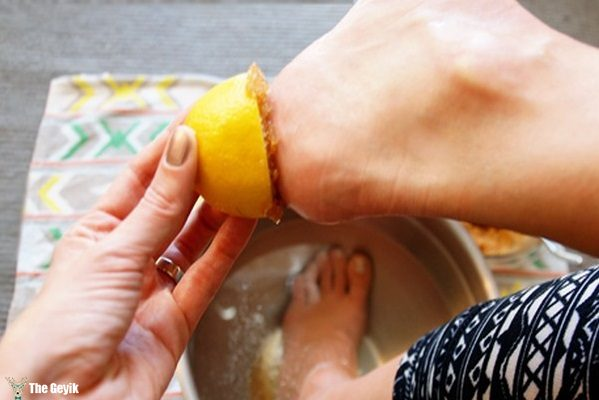 clean-your-feet-with-lemon