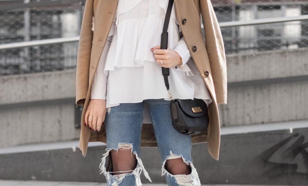 OUTFIT: Netzstrümpfe und Oversize-Bluse.