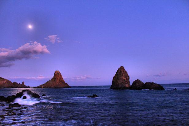 faraglioni-acitrezza-al-tramonto-b45f2400-54cd-436b-b638-98363a6b4d5f