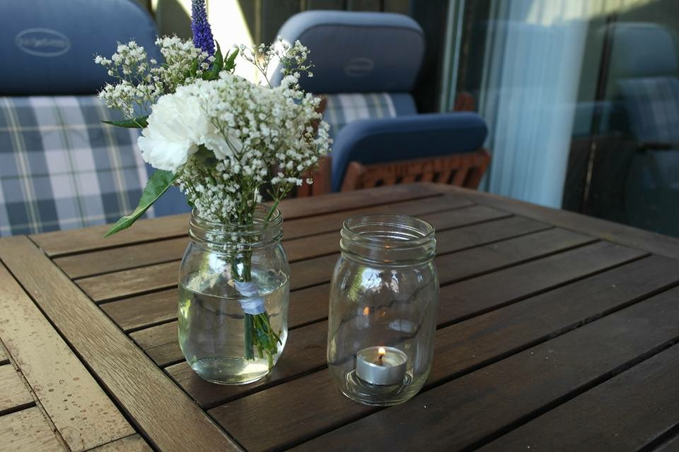 blomster i syltetøjsglas