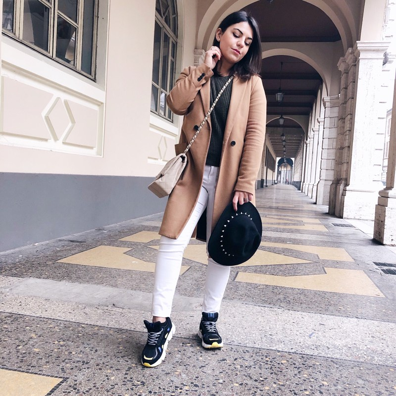 sneakers outfit cappello e cappotto
