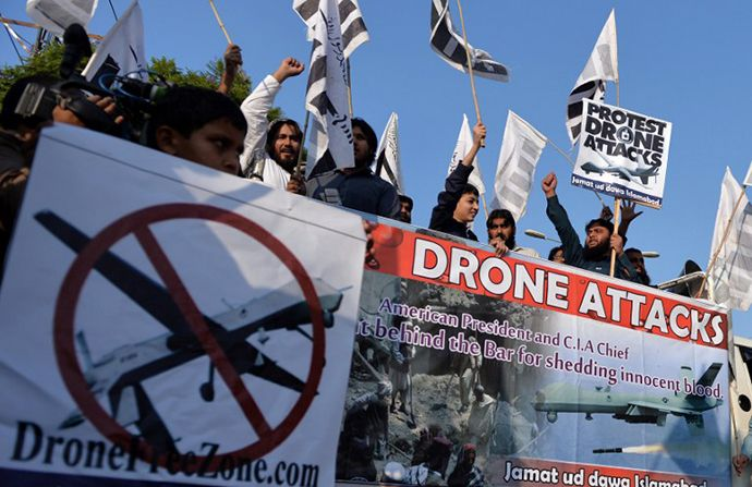 Supporters of Pakistan's outlawed Islamic hardline Jamaat ud Dawa (JD) carry placards as they shout anti-US slogans during a protest against the US drone strikes in the Pakistani tribal region, in Islamabad on November 8, 2013. (AFP Photo / Aamir Qureshi)