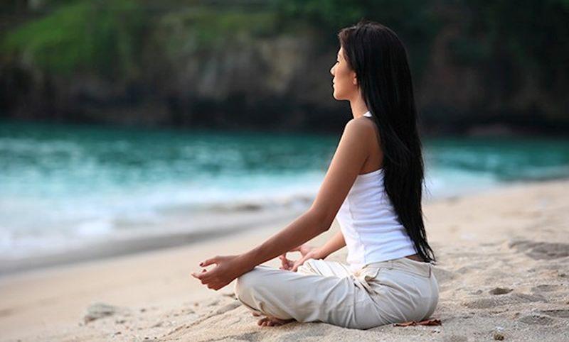 lady-meditating-beach