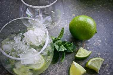 The gin mojito, ready to be topped with sparkling apple juice