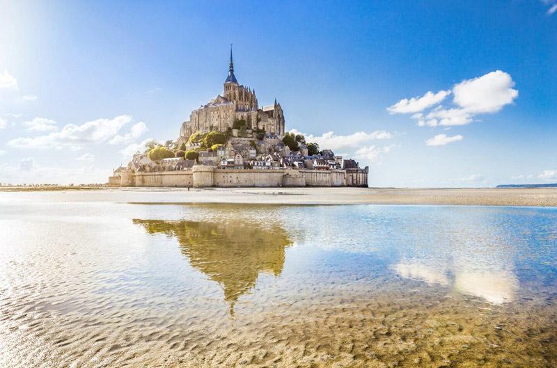 Mont St Michel, una ciudad medieval isleña en Normandía coronada por una majestuosa abadía