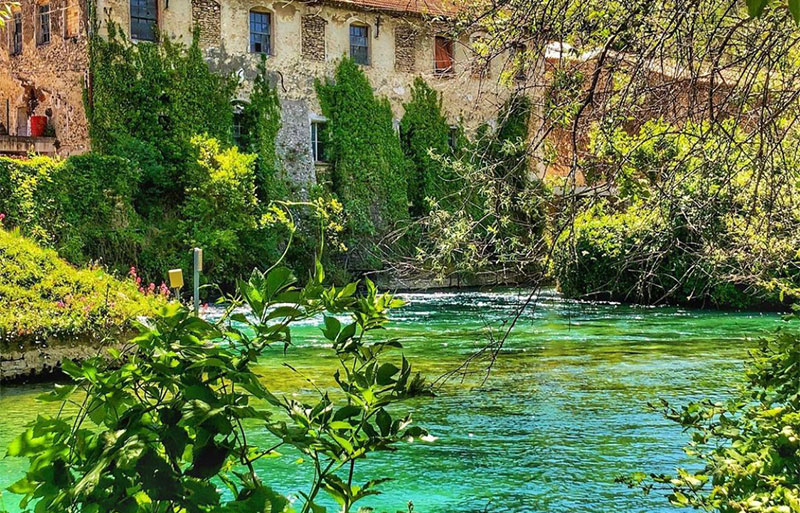 Turquoise blue waters of Fontaine de Vaucluse