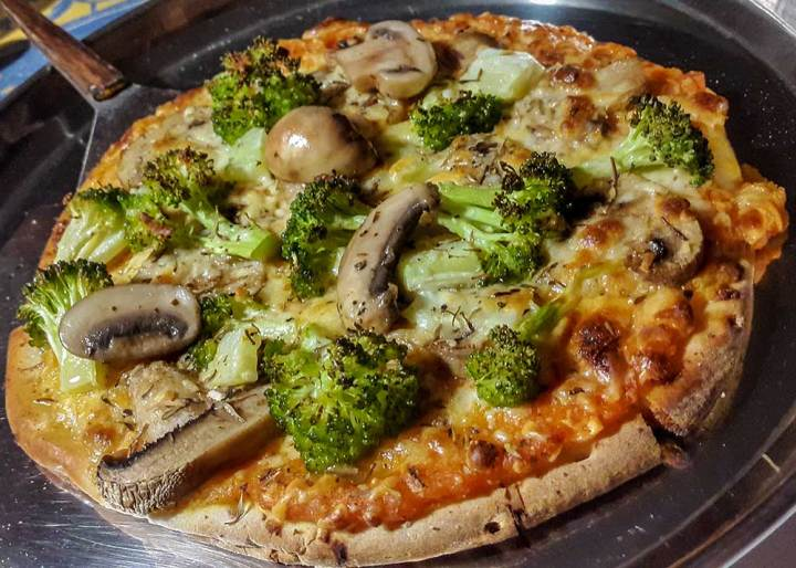 Fun and healthy recipe: Mushroom and broccoli pizza with homemade tomato sauce