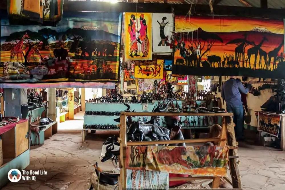 Kenya safari - Amboseli - Highway souvenir shop