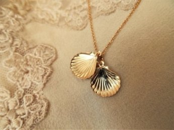 Gold scallop shell for Christmas