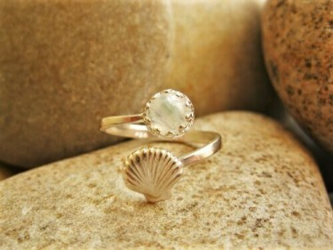 Camino shell ring with moonstone