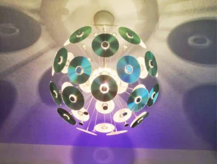 Hiasan Kamar Dengan Kepingan Compact Disk Bekas