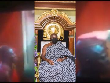 A Video Of A White Catholic Priest Rubbing 'Anointing Oil' On Otumfour Osei Tutu II's Head While On His Knees Angers Young Ghanaian Man