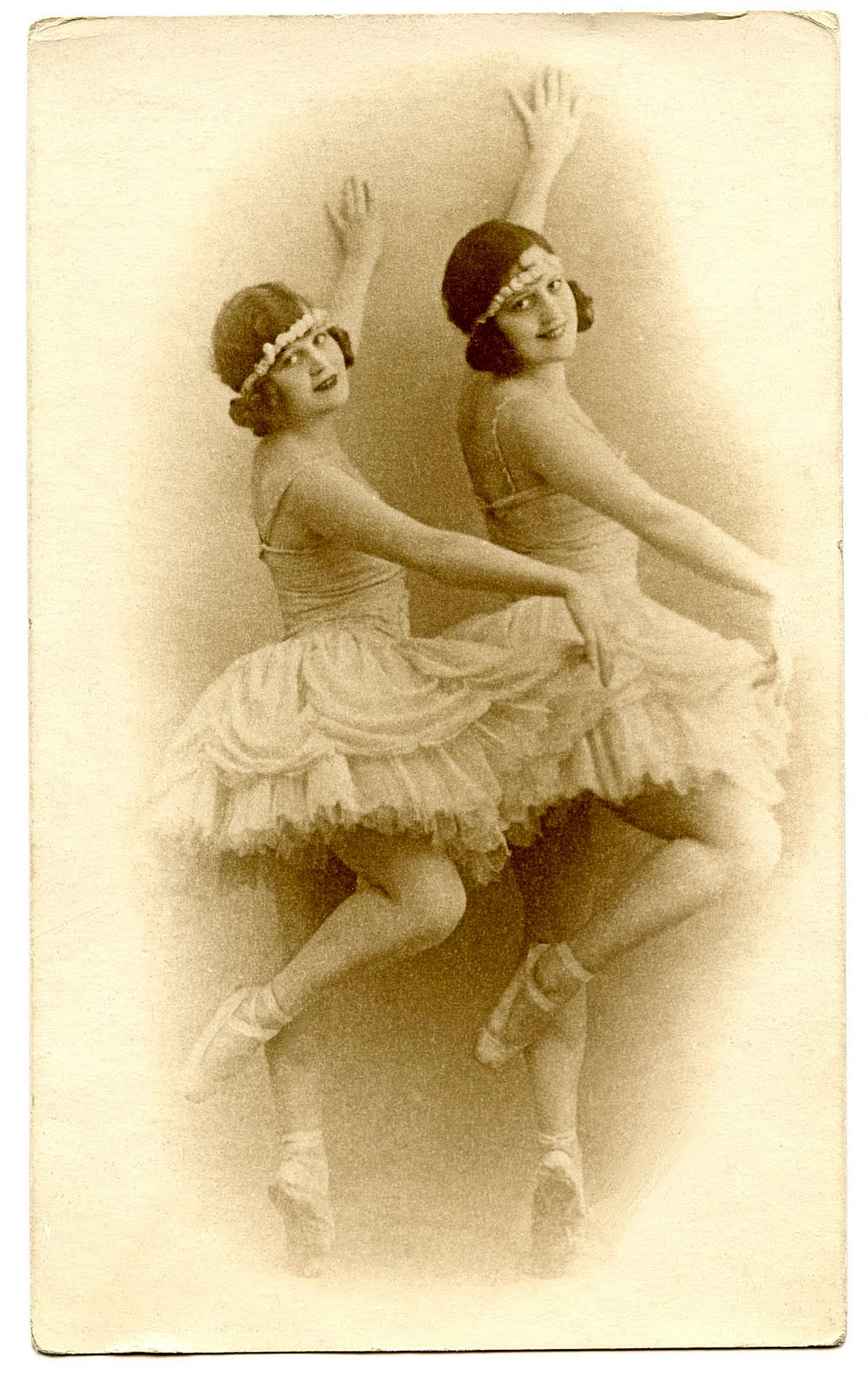 Gorgeous Vintage Image  Ballerinas  Dancers  The Graphics Fairy