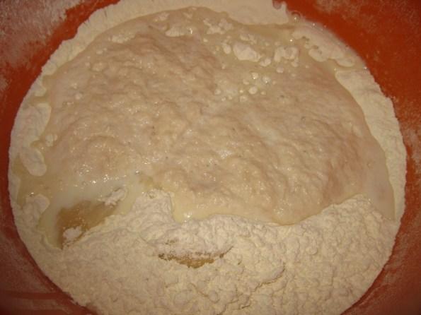 У млако млеко ставити шећер и квасац и пустити да нарасте. Брашно просејати па у њега додати уље и со и на крају млеко са квасцем. Све добро сјединити.