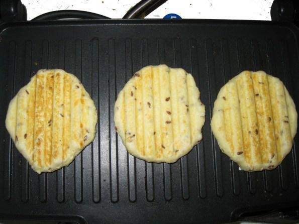 Ја сам их пекла у тостеру за сендвиче, а може и у оном пекачу за галете.