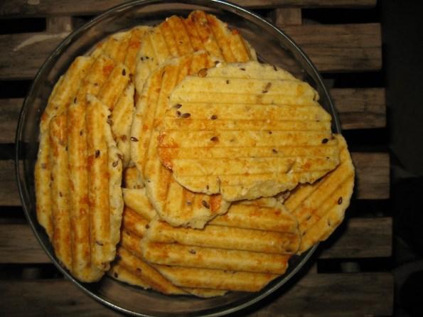Ја сам их пекла у тостеру за сендвиче, а може и у оном пекачу за галете. Испадне вам баш пуна вангла. По укусу можете додати мало љуте паприке или бибера. Јако су мекане и топе се у устима. Па пријатно!