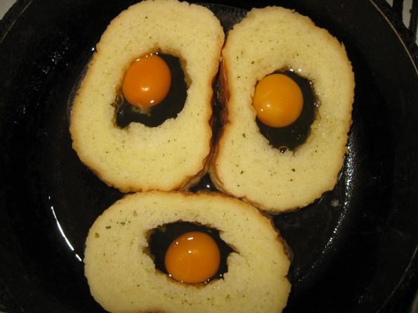 Хлеб потопите у хладно млеко у које сте додали мало соли и неког зачинског биља по укусу. Поређајте у подмазан плех или као ја у гусани тигањ који може у рерну. У сваку рупу разбијте по једно јаје.