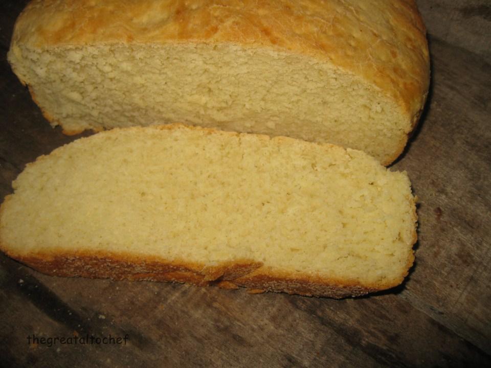 Још један у низу рецепата из прашњавих старих кувара је млечни хлеб из шерпе. Одличан рецепт испробала сам више варијанти и задржала се на оригиналној само што сам ја уместо кашике квасца свежег ставила суви квасац кесицу. Уз овај хлеб има прича да се служи за доручак или за ужину и да је лепо на њега мазати којекакве млечне ђаконије и одозго обавезно квалитетна меда или воћнога желеа. У суштини хлеб је како бих рекла господствен, онако баш да се на њега мажу путер и мед или путер и џем. Парчићи се врло лако секу и уопште се не руне нити ломе.