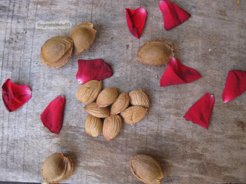 Очистите 8 коштица од кајсија. Ако нисте знали коштице од кајсија су јако здраве препуне омега 3 масним киселинама као и витамином Б17 који се показао одличним у борби против малигних ћелија. Њих треба пажљиво конзумирати па је дневна доза 3 до 5 семенки дневно. А ако желите бољу апсорбцију Б17 витамина самељите их са 30 грама ланеног семена, додајте у 2дл јогурта, оставите 20 минута па поједите за доручак наштине.