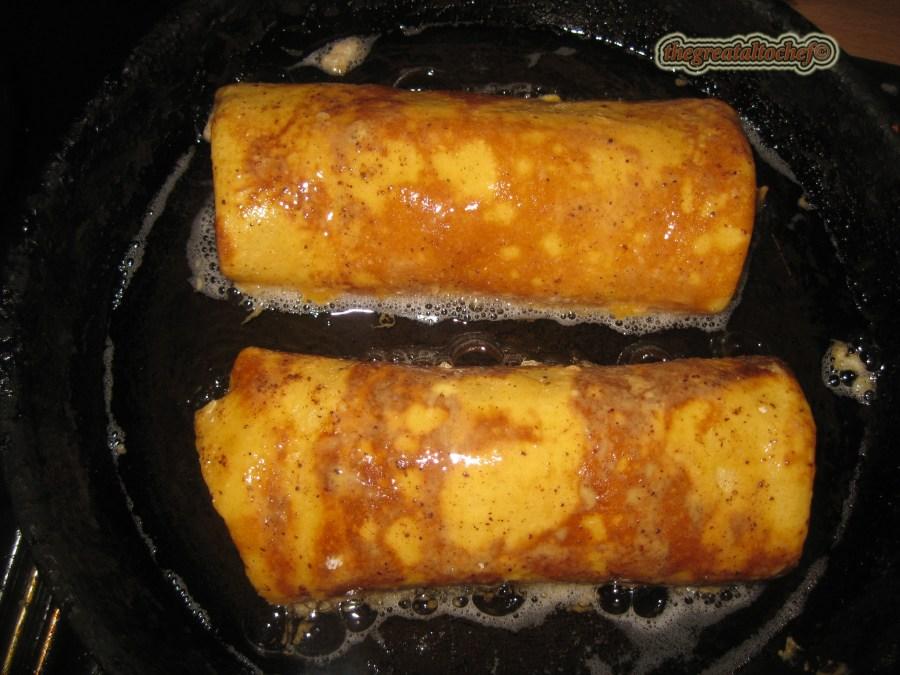 Умутите једно јаје па додајте кашичицу цимета. У други тањир ставите брашно и на врелом уљу испохујте палачинке.