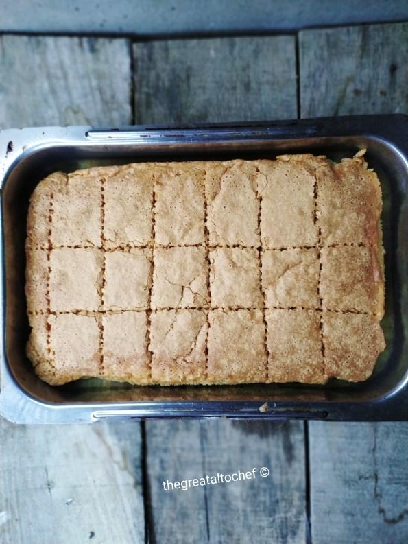 Исеците тек испечен колач на парчиће директно у плеху.