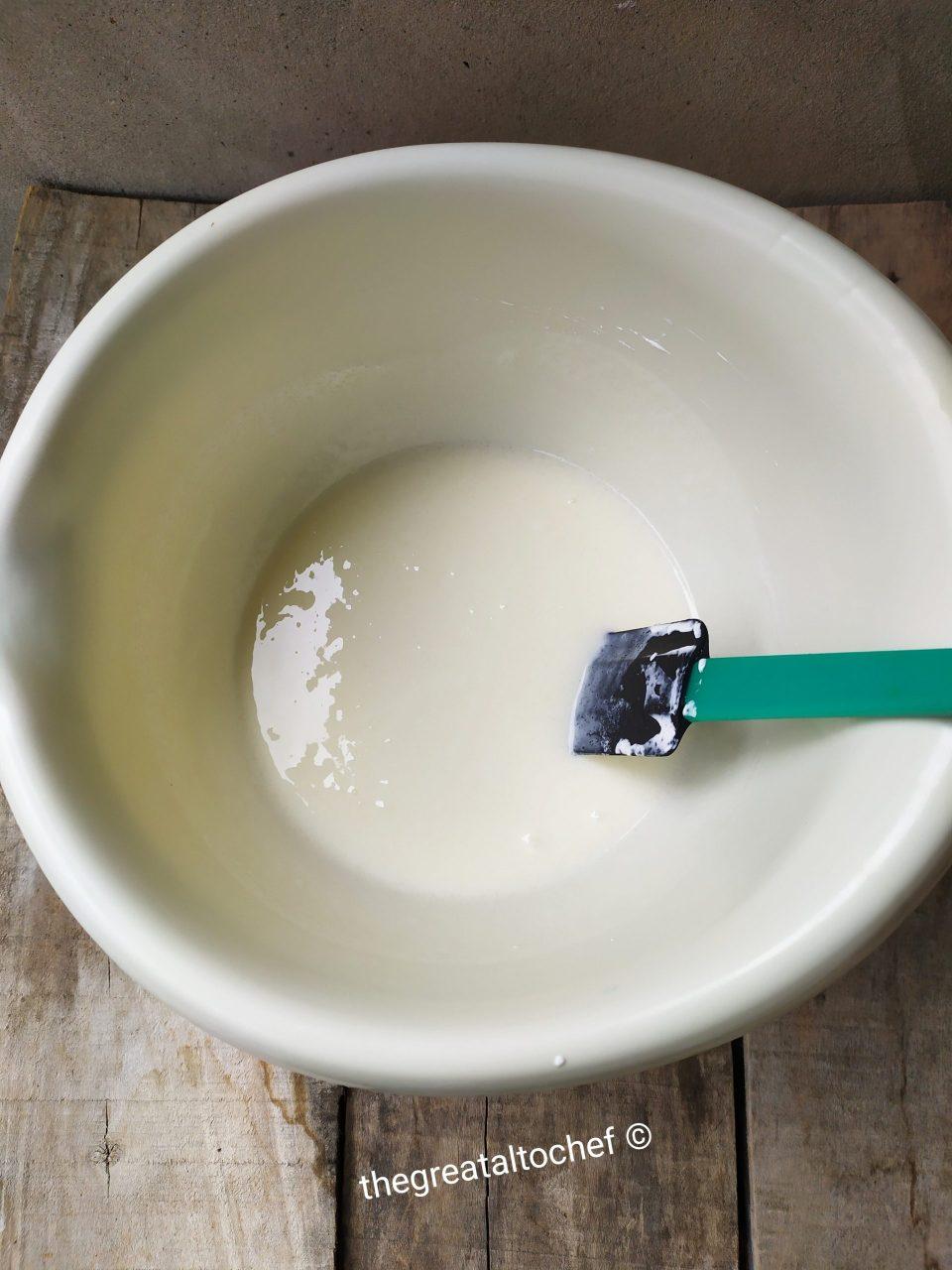 Сви ми волимо сладолед. Посебно оне које правимо код куће. Увек су ту неки разноразни рецепти који укључују јаја и то жива. А пошто је сад мало ризично користити термички необрађена јаја због салмонеле, трагала сам за неким рецептом који ће ми дати приближно квалитетнији укус и текстуру, као када направим сладолед са јајима. Пре неки дан позвала ме је другарица на дегустацију њеног ''home made'' сладоледа. Рецепт је каже добила од сестре из француске и врло често га спрема. И да скратим причу није ми се баш много допао јер није имао ону млечну свиленкасту текстуру за којом сам трагала. Текстуру мог сладоледа са јајима. Из куртуазије сам узела рецепт и моментално схватила да могу да га изменим. Врло мало измена може чудо да направи. И тако сам кренула да правим. У ванглу ставите 200мл неутралне млечне павлаке са минимумом 20%мм и 200гр шећера. Мешајте 5 минута спатулом или варјачом док се шећер не истопи. Додајте 150гр грчког јогурта, две кесице ванилин шећера па лепо сједините.