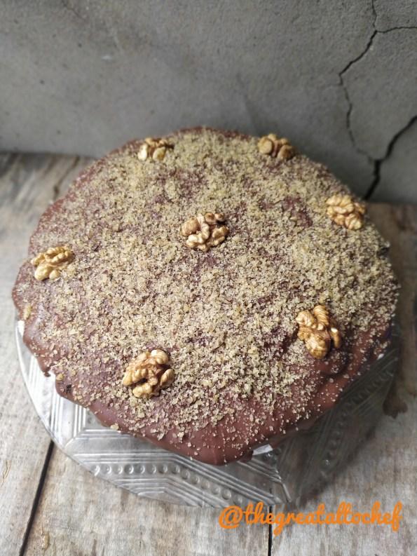 """Чувена Охридска торта или како је зову другачије ''Краљичина торта'' јер је била једна од омиљенијих торти краљице Марије. често ју је поручивала од посластичара а волела је и сама да спрема како причају разни историчари кулинарства. Као и код многих торти сви имају """"оригинал"""" рецепт. Тако сам и ја добила од једног врсног кувара из Охрида две варијанте. Оригинал и савремени оригинал. Објаснио ми је и у чему је разлика и цака. Савремени оригинал се разликује само у слоју павлаке. Ја имам ту срећу да певам у неколико хорова и онда су ту разноразна такмичења и путовања.  На тим путовањима ја сакупљам рецепте. Неко магнете а ја ето рецепте. Тако сам и дошла до овог рецепта у Охриду. Обично спремам без павлаке, али се десило да ми другарица поручи за куму баш ову савременију верзију. Као код многих ''оригинал'' рецепата и овде је по некима светогрђе додавати павлаку. Кувар ми је објаснио да многи воле павлаку и да је све остало исто по оригинал рецепту.  Прво направите грилијаж јер он мора да стоји. Грилијаж : 130 г шећера 120 г језгра ораха Ставите у шерпу у на тиху ватру шећер да се отопи. Да буде златне боје када се скроз отопи. Додајте цела језгра ораха и добро промешајте. Излијте на пек папир. Када се стегне и прохлади, а то је за десетак минута, самељите ситно као орахе. Или у воденици или у мултипрактику. Корице: 15 јаја,15 кашика самлевеног грилијажа, 15 кашика млевених ораха, 3 кашичице какаа, 3 вршне кашике брашна, 3 кесице прашка за пециво Умутите 5 јаја пенасто да се дуплирају. Додајте 5 кашика грилијажа, 5 кашика ораха, кашику брашна, кашичицу какаа и прашак за пециво. Све сједините. Пече се у округлом калупу од 28цм на 180 степени 20 минута. И тако три корице. Скувати ређи сируп од шећера и воде. Да ври 2 минута. Хладне корице прелити врућим сирупом. Сируп: 4дл воде, 200гр шећера Количина сирупа је идеална за све три корице. Пустити да потпуно упију корице. За фил прво направити карамел. Карамел : 400гр шећера, 2дл воде, 150мл неутралне млечне павлаке за ку"""