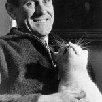 Patrick White, écrivain australien with cat