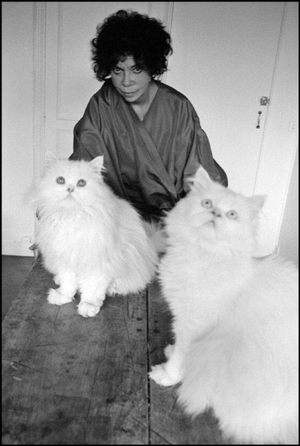 Leonor Fini, peintre, à son domicile à Paris with Cats, Martine Franck