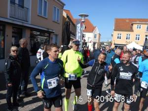 Nogen er fokuseret inden starten på et marathon, og så er der os andre der bare fjoller. :)