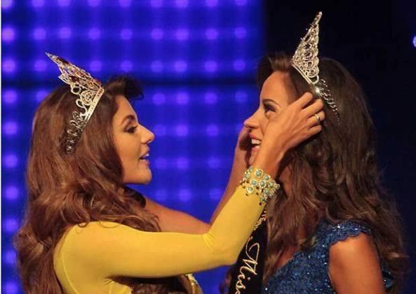 Constanze Baez crowning Silvia.
